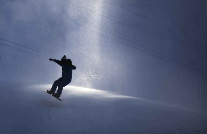 <p>With temperatures hovering around zero, a few hardy souls celebrated the season, and the fresh man made snow at Buck Hill in Burnsville, Minn., Tuesday, Dec. 26, 2017. (Photo: Brian Peterson/Star Tribune via AP) </p>