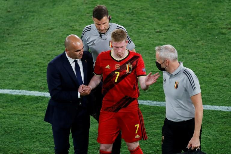 Belgium coach Roberto Martinez (L) hopes to have playmaker Kevin De Bruyne (C) fit to face Italy