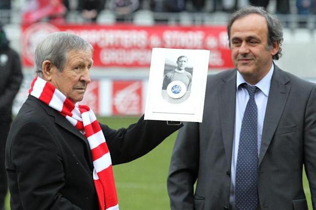 This photo taken on February 5, 2011 shows former French former soccer legend Raymond Kopa (L) posing with the UEFA prize handed by the then UEFA president Michel Platini (R) prior to the French L2 football match Reims versus Le Havre in Reims (AFP Photo/FRANCOIS NASCIMBENI)