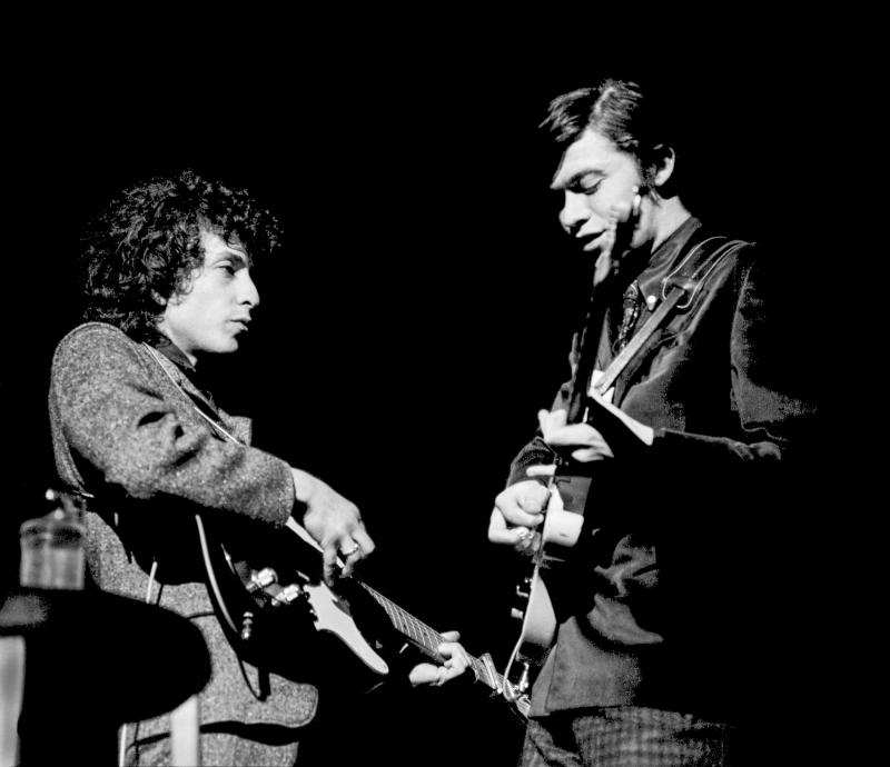 Bob Dylan (L) and Robbie Robertson (R) playing electric guitars in 1966. (Photo: Charlie Steiner - Highway 67/Getty Images)