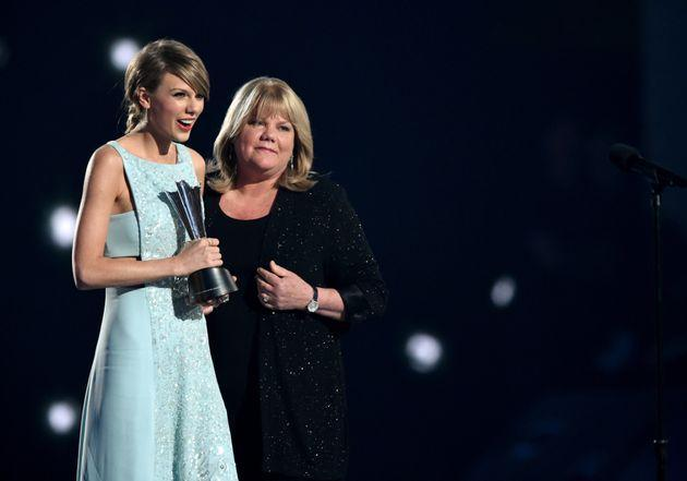 Taylor Swift and her mother, Andrea Swift in 2015