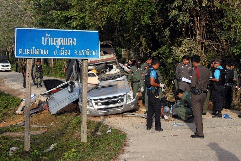 A Thai bomb squad inspects the site of a roadside bomb attack in the southern province of Narathiwat on January 30, 2013