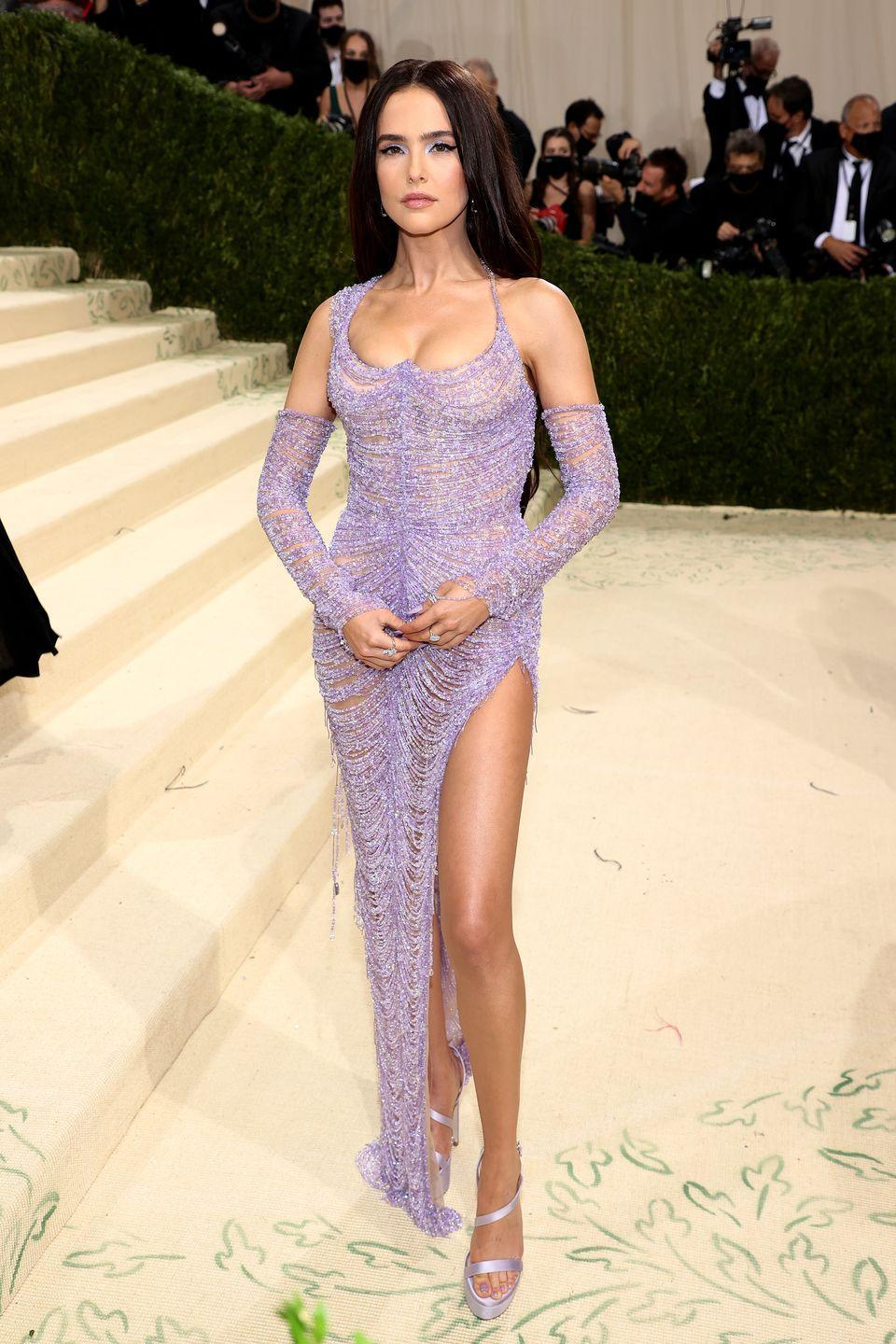 <p>The actor wore a lavender embellished dress with matching detached sleeves.</p>