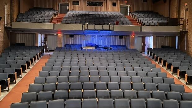 The pandemic is dragging on, and show venues have been shut down for the most part. Many stage actors and other artists have had to consider a career change. (Joel Côté/Radio-Canada - image credit)