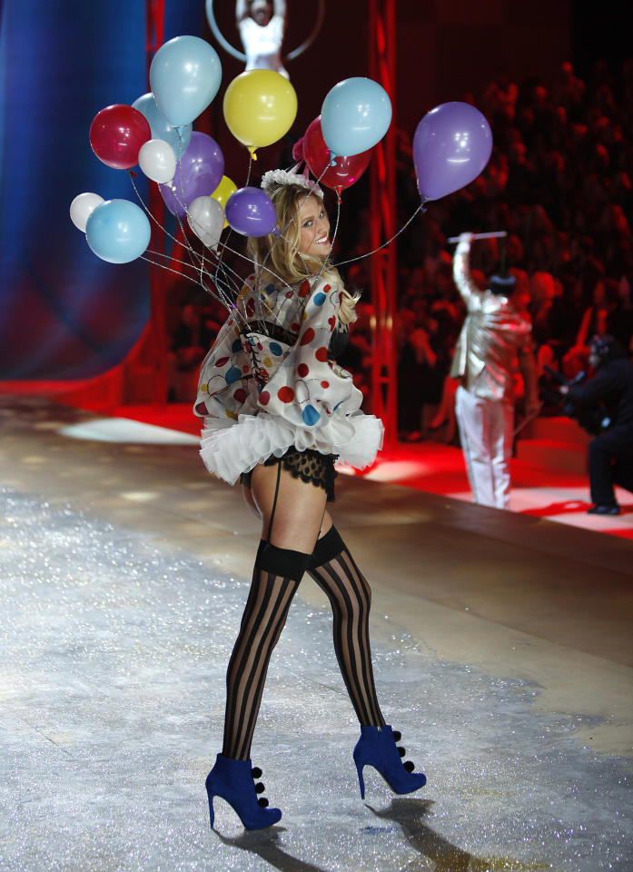 A model presents a creation during the Victoria's Secret Fashion Show in New York November 7, 2012. REUTERS/Carlo Allegri  (UNITED STATES - Tags: ENTERTAINMENT FASHION)