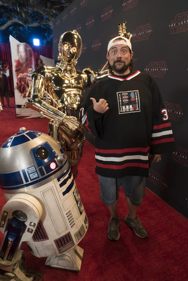 Kevin Smith with C-3PO and R2-D2. (Eric McCandless via Getty Images)