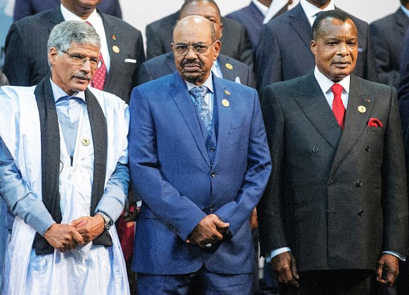 Omar al-Bashir (centre) lines up with Congo's Denis Sasso-Nguesso (right) and and Abdelkader Taleb Oumar of the Sahrawi Arab Republic during a photo call at the African Union Summit in Sandton, South Africa on June 14, 2015 (AFP Photo/Gianluigi Guercia)