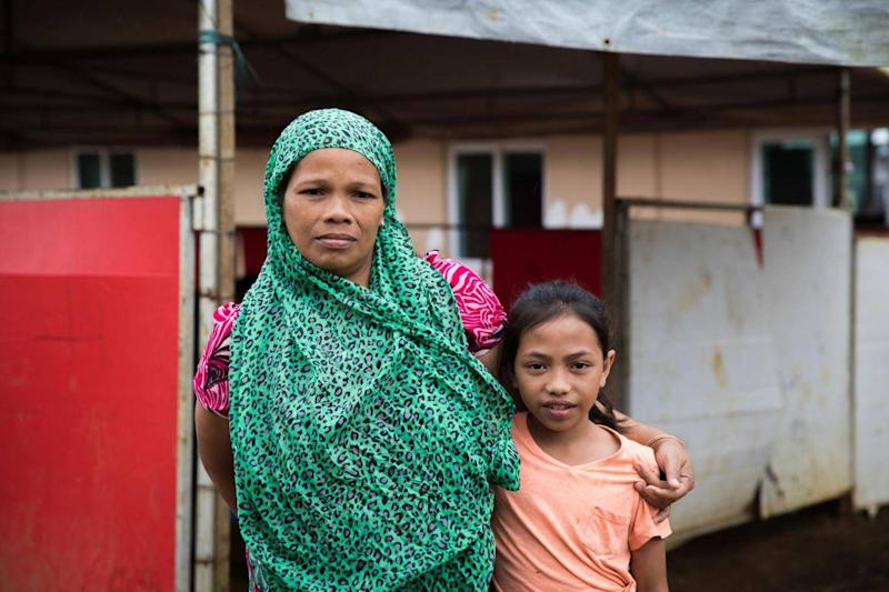 Vilma, 38, and her 10 year-old daughter Aisah stand outside a Save the Children temporary learning centre near Marawi (Hanna Adcock/Save the Children)