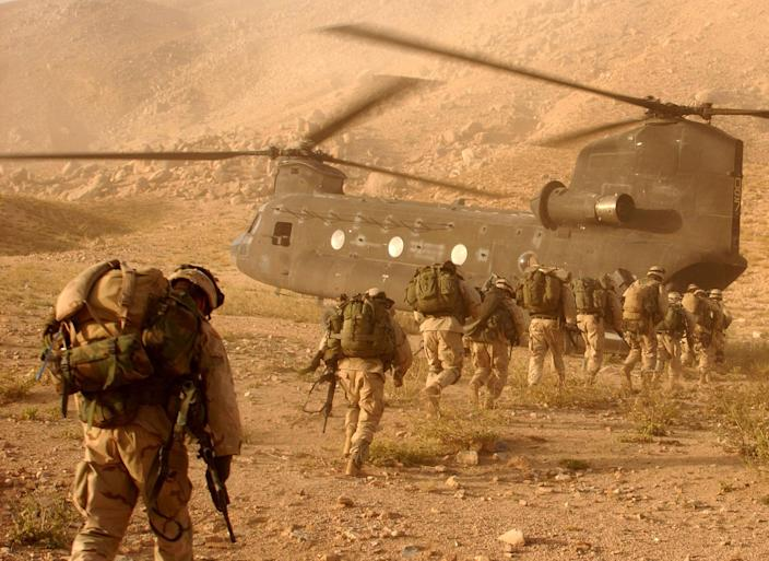 Image: U.S. soldiers board a Chinook helicopter in 2001