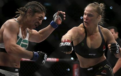 Ronda Rousey (R) delivers the bout-ending blow to Bethe Correia at UFC 190. (Reuters)
