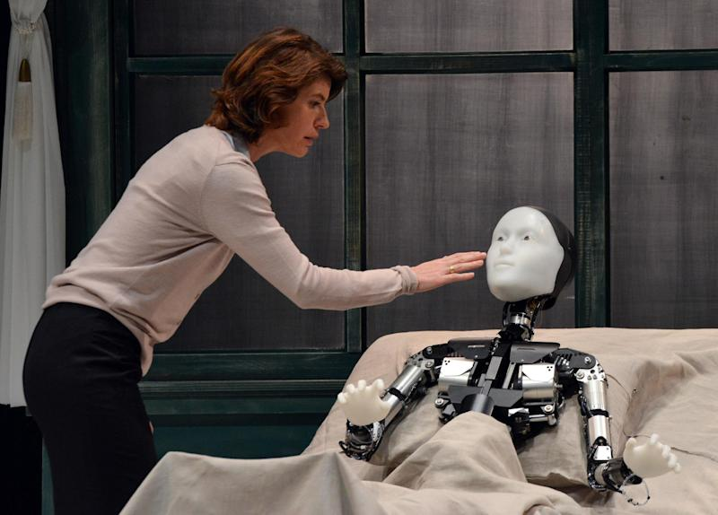 """French actress Irene Jacob performs with android Repliee S1 during a dress rehearsal of """"La Metamorphose version Androide"""" in Yokohama, suburban Tokyo, October 7, 2014 (AFP Photo/Yoshikazu Tsuno)"""