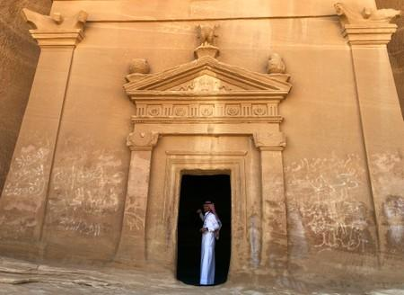Saudi Arabia opens to foreign holidaymakers, chases tourism investment