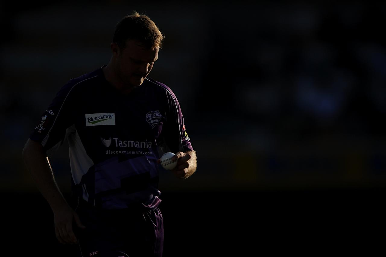 BRISBANE, AUSTRALIA - DECEMBER 09:  Doug Bollinger of the Hurricanes prepares to bowl during the Big Bash League match between the Brisbane Heat and the Hobart Hurricanes at The Gabba on December 9, 2012 in Brisbane, Australia.  (Photo by Matt Roberts/Getty Images)