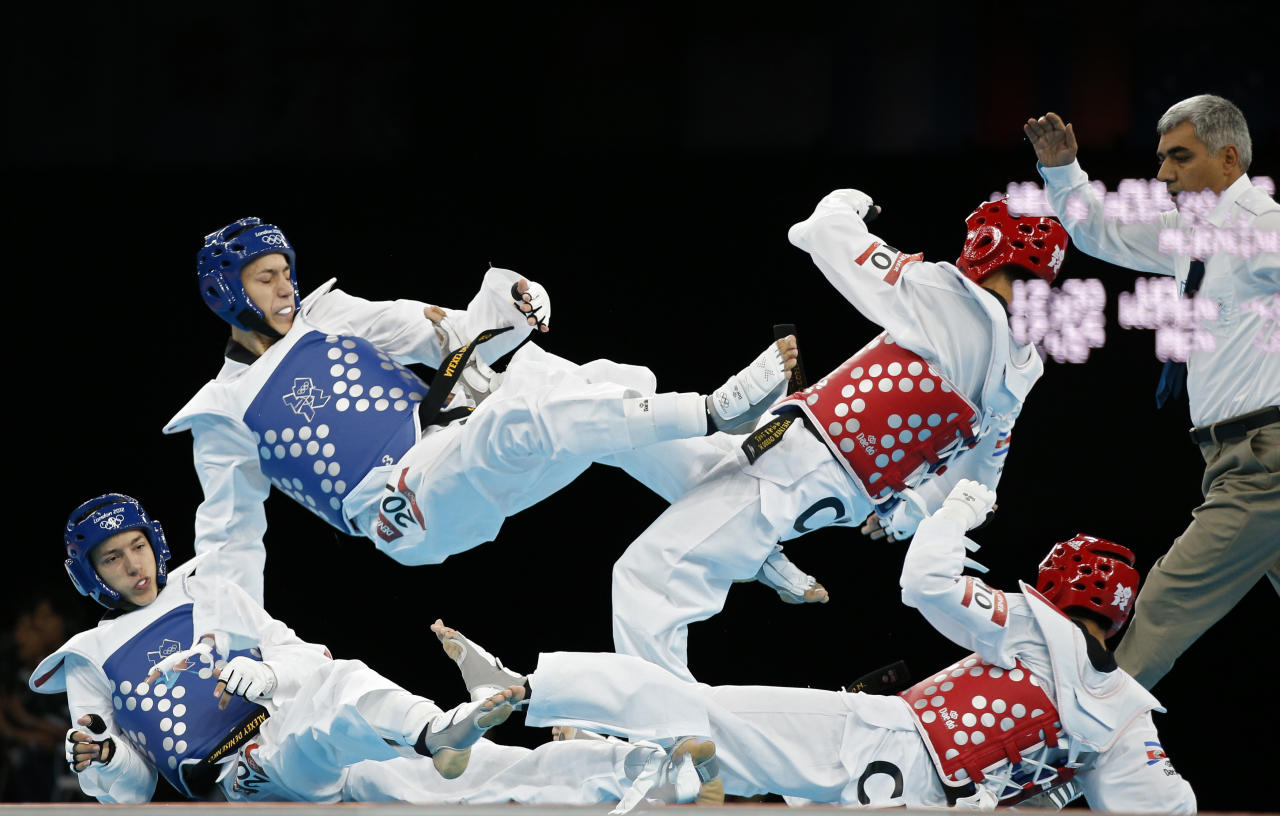 Costa Rica's Heiner Oviedo (R) fights against Russia's Alexey Denisenko during their men's -58kg preliminary round taekwondo match at the ExCel venue during the London Olympic Games, August 8, 2012. Picture taken using multiple exposure technique. REUTERS/Kim Kyung-Hoon (BRITAIN  - Tags: OLYMPICS SPORT TAEKWONDO)