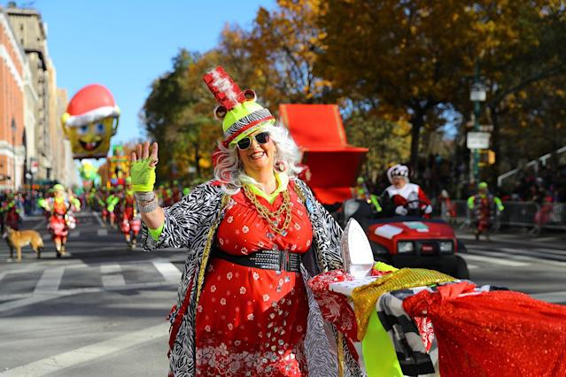 <p>A member of the Red Hot Mamas waves to the crowd along the parade route in the 91st Macy's Thanksgiving Day Parade in New York, Nov. 23, 2017. (Photo: Gordon Donovan/Yahoo News) </p>