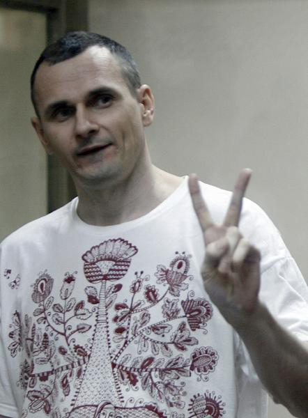Ukrainian film director Oleg Sentsov listens to the verdict from a defendants' cage at a military court in the southern city of Rostov-on-Don, Russia, on August 25, 2015 (AFP Photo/Sergei Venyavsky)