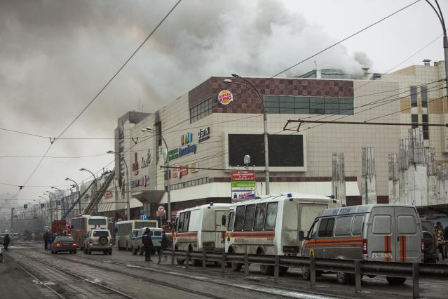 <p>Smoke rises above a multistory shopping center in the Siberian city of Kemerovo, about 3,000 kilometers (1,900 miles) east of Moscow, on March 25, 2018. (Photo: Sergei Gavrilenko/AP) </p>