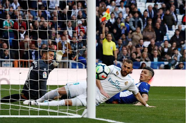 Soccer Football - La Liga Santander - Real Madrid vs Deportivo Alaves - Santiago Bernabeu, Madrid, Spain - February 24, 2018 Real Madrid's Karim Benzema narrowly misses a shot REUTERS/Juan Medina