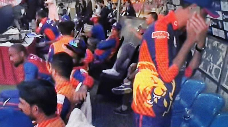 PSL 2020: Karachi Kings Official Spotted Using Mobile Phone in Dugout During Match Against Peshawar Zalmi Stokes Controversy