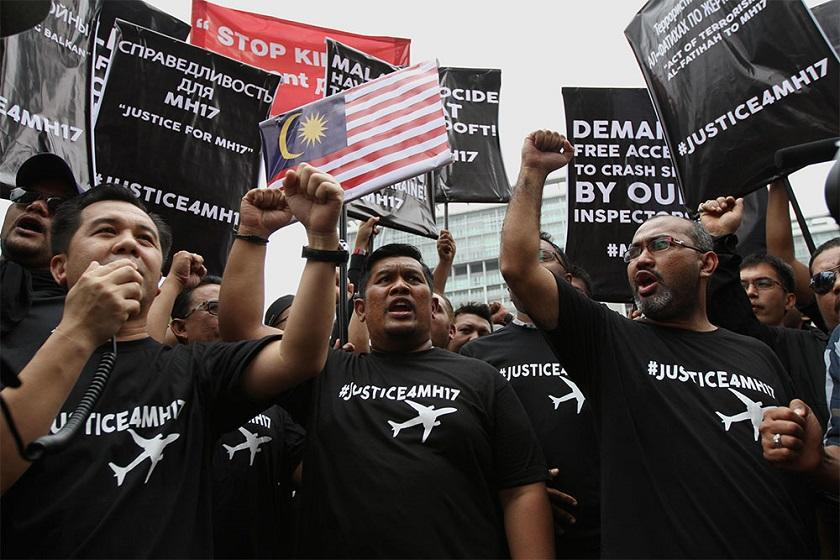 Barisan Nasional Youth members stage a protest at the Russian and Ukrainian embassies demanding answers for what they called the 'genocide' of Malaysian Airlines Flight MH17 passengers and crew, Kuala Lumpur, July 22, 2014. ― Picture by Yusof Mat Isa