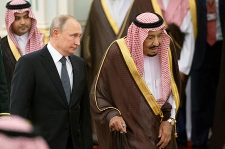 Russian President Vladimir Putin and Saudi Arabia's King Salman attend the official welcome ceremony in Riyadh