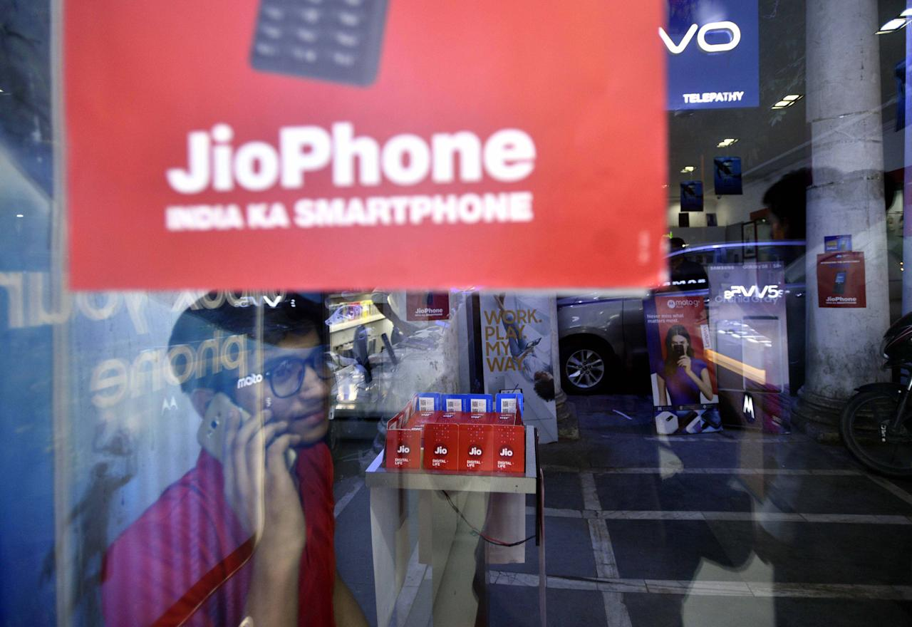 <p>Reliance Jio has announced a new Jio Diwali Dhan Dhana Dhan offer that would give its subscribers 100 per cent cashback on a recharge of Rs 399. The offer will be available from October 12-18 for customers. </p>
