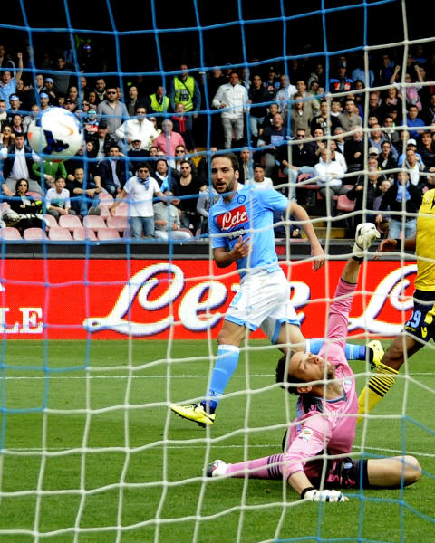 Napoli's Gonzalo Higuain beats Lazio goalkeeper Etrit Berischa to score a goal during a Serie A soccer match between Napoli and Lazio, at the San Paolo stadium in Naples, Italy, Sunday, April, 13, 2014. (AP Photo/Salvatore Laporta)