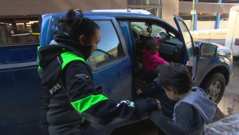Indigenous mom of 2 says racist taunts aimed at her family during kids' 1st trip to Winnipeg