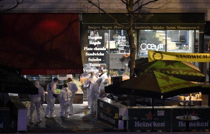 Forensic experts inspect the site of an attack, a restaurant outside the Stade de France stadium in Saint-Denis, north of Paris, early on November 14, 2015, after a series of gun attacks occurred across Paris (AFP Photo/Franck Fife)