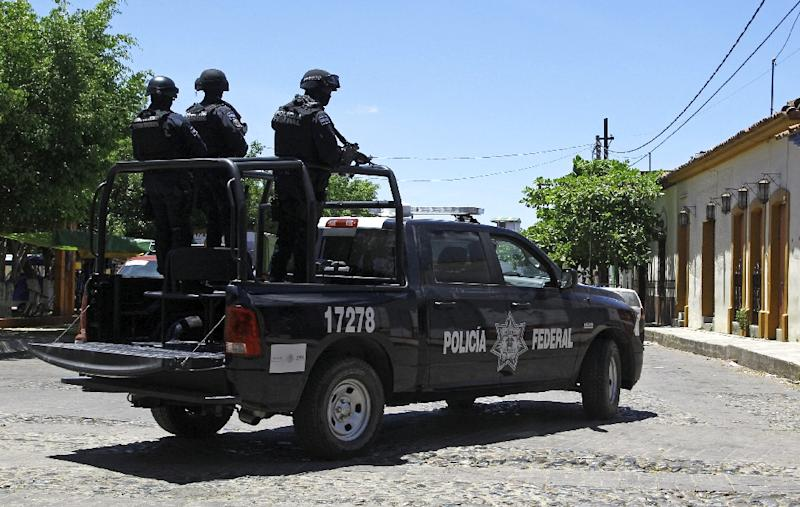 Soldiers patrol the streets of Villa Purificacion, Jalisco State, Mexico, on May 2, 2015 (AFP Photo/Hector Guerrero)
