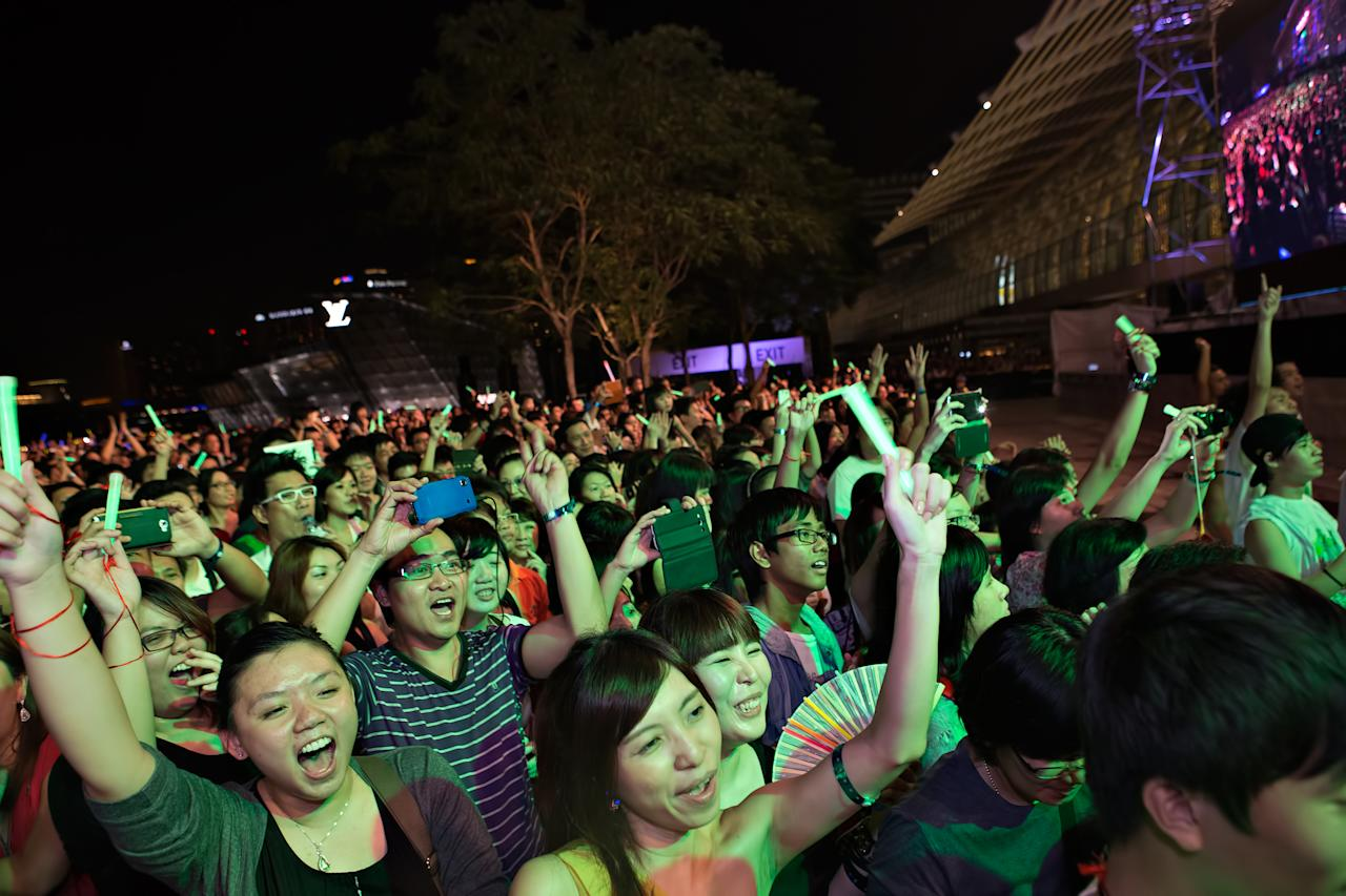 Fans rock to PSY's free showcase at Marina Bay Sands. (Yahoo! photo)