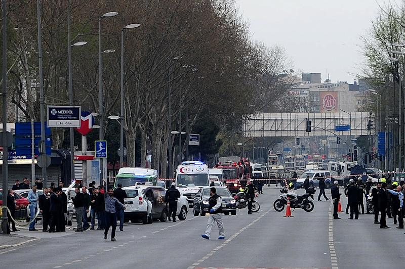 Turkish police officers block a street leading to the Istanbul Police headquaters on April 1, 2015 (AFP Photo/Ozan Kose)