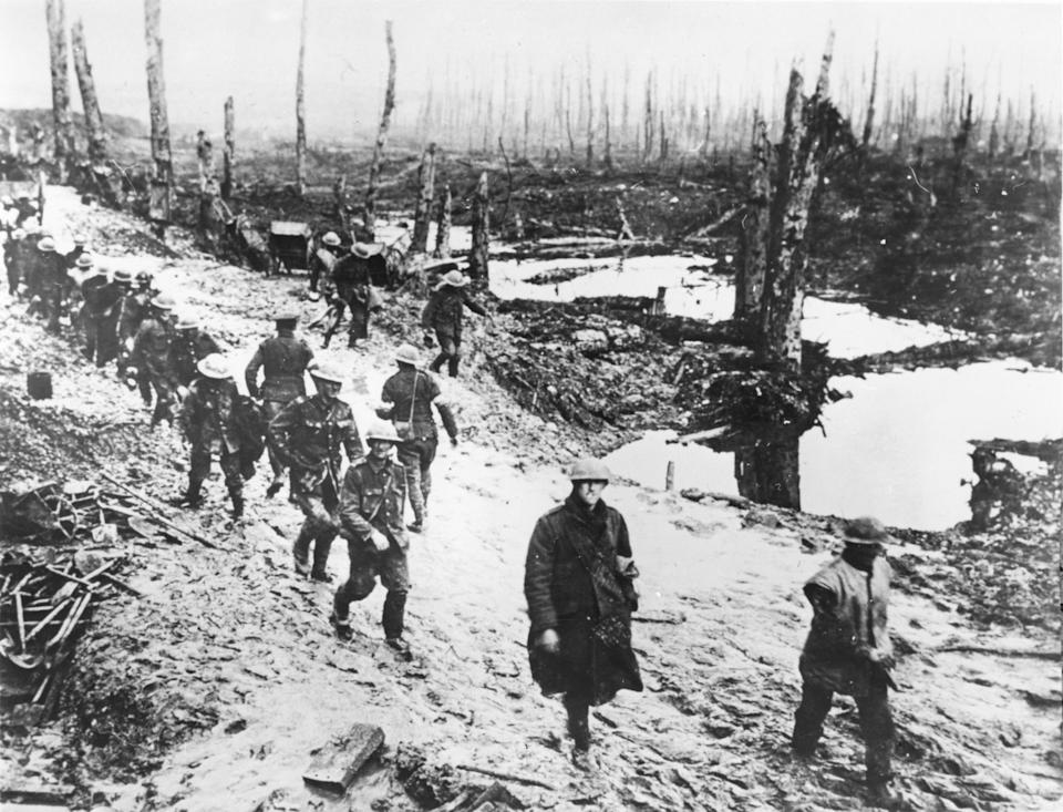 First World War, 1916. English soldiers on the Somme. (Photo by Photo 12/ Universal Images Group via Getty Images)