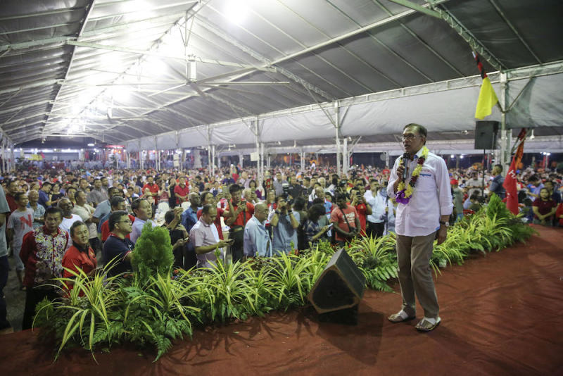 Pakatan Harapan candidate, Datuk Seri Anwar Ibrahim addresses the 3,000-strong crowd during the dinner banquet in Lukut October 11, 2018. — Picture by Yusof Mat Isa