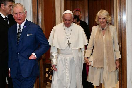 Pope Francis welcomes Britain's Prince Charles and his wife Camilla, Duchess of Cornwall, as they arrive for a private audience at the Vatican, April 4, 2017.  REUTERS/ Vincenzo Pinto/Pool