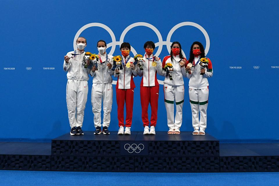 Gold medallists China's Zhang Jiaqi and Chen Yuxi (C), silver medallists USA's Delaney Schnell and Jessica Parratto (L) and bronze medallists Mexico's Alejandra Orozco Loza and Gabriela Agundez Garcia pose on the podium after  the women's synchronised 10m platform diving final event during the Tokyo 2020 Olympic Games at the Tokyo Aquatics Centre in Tokyo on July 27, 2021. (Photo by Attila KISBENEDEK / AFP) (Photo by ATTILA KISBENEDEK/AFP via Getty Images)
