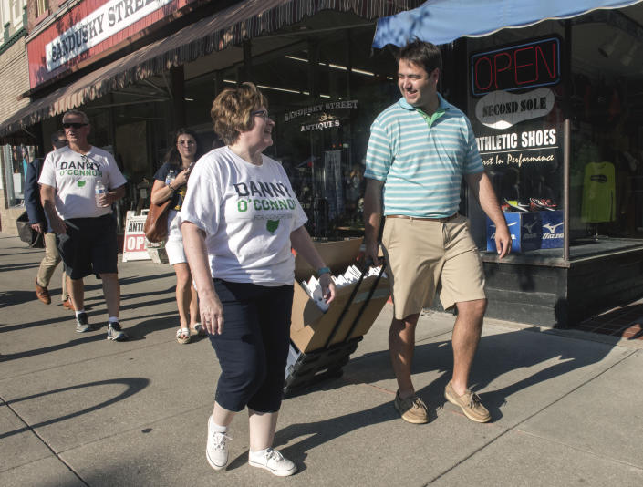 O'Connor helps deliver campaign materials to a Democratic field office during a walkabout on Aug. 3, 2018. (Photo: Brian Cahn/Zuma Wire)