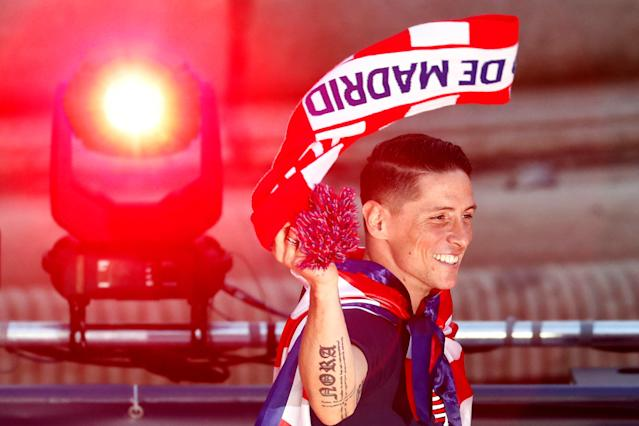 Soccer Football - Atletico Madrid Celebrate Winning The Europa League - Neptuno Square, Madrid, Spain - May 18, 2018 Atletico Madrid's Fernando Torres waves a scarf during the celebrations REUTERS/Juan Medina