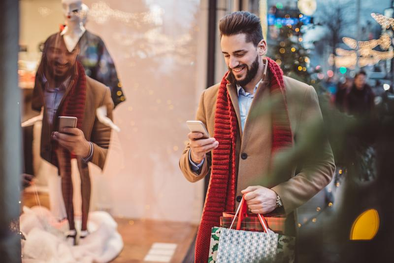 Free smartphone apps can help track holiday spending and keep users accountable for overspending.