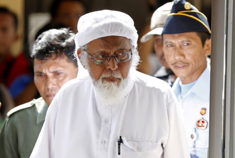 FILE PHOTO: FILE PHOTO: Indonesian radical Muslim cleric Abu Bakar Bashir enters a courtroom for the first day of an appeal hearing in Cilacap, Central Java province