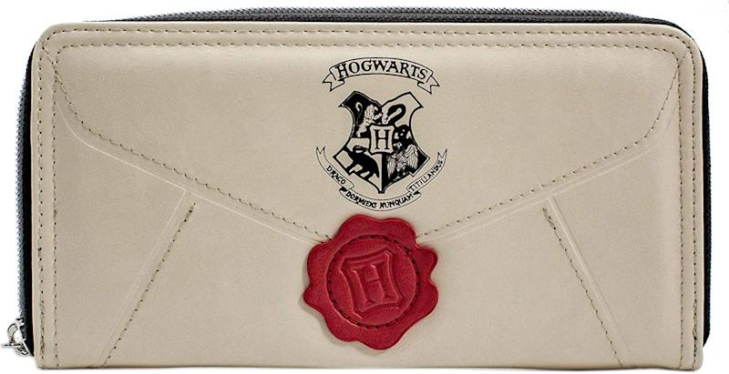 """<a href=""""https://amzn.to/2PhF8nz"""" target=""""_blank"""" rel=""""noopener noreferrer"""">Harry Potter Letter Cream Coin and Zip Around Purse, Amazon,</a> &pound;22.99 (Photo: Huffington Post UK )"""