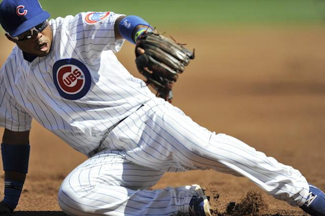 Chicago Cubs third baseman Luis Valbuena stops a grounder hit by Milwaukee Brewers' Ryan Braun during the first inning of a baseball game in Chicago, Monday, Sept. 1, 2014. (AP Photo/Paul Beaty)