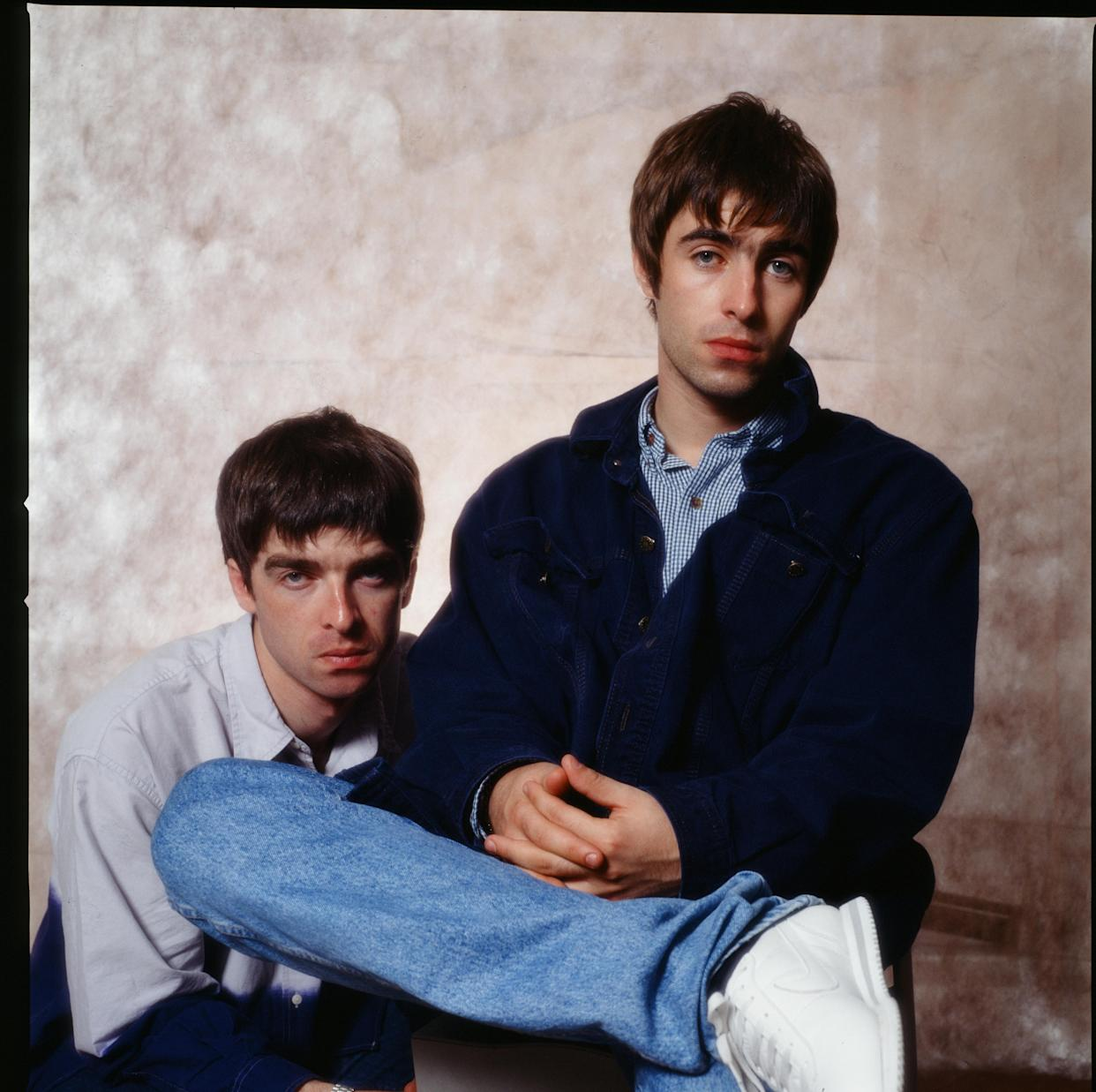 (MANDATORY CREDIT Koh Hasebe/Shinko Music/Getty Images) Noel Gallagher and Liam Gallagher of Oasis, at a photoshoot in a hotel in Tokyo, September 1994. (Photo by Koh Hasebe/Shinko Music/Getty Images)
