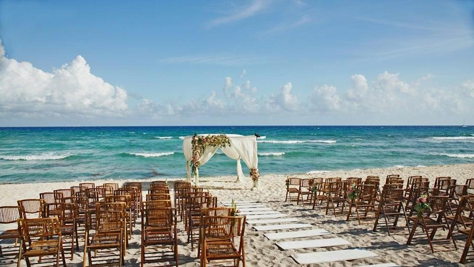 Couple invoices individuals who did not show up to destination wedding (Getty Images/iStockphoto)