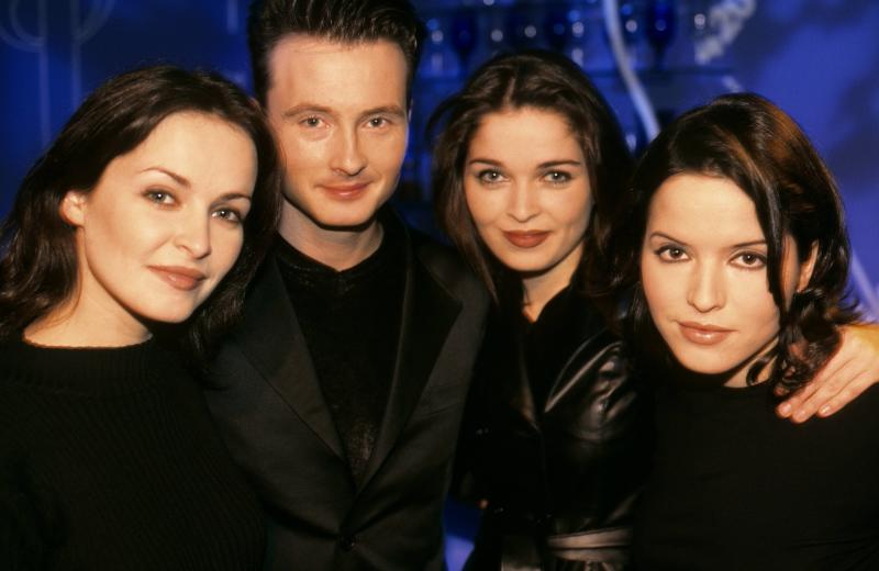 UNITED KINGDOM - JANUARY 01: VH1 Photo of Jim CORR and CORRS and Andrea CORR and Sharon CORR, L-R: Sharon Corr, Jim Corr, Andrea Corr, Caroline Corr (Photo by Patrick Ford/Redferns)