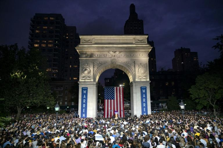 Meeting de la candidate démocrate Elizabeth Warren autour de l'arche du parc de Washington Square, le 16 septembre 2019 à New York