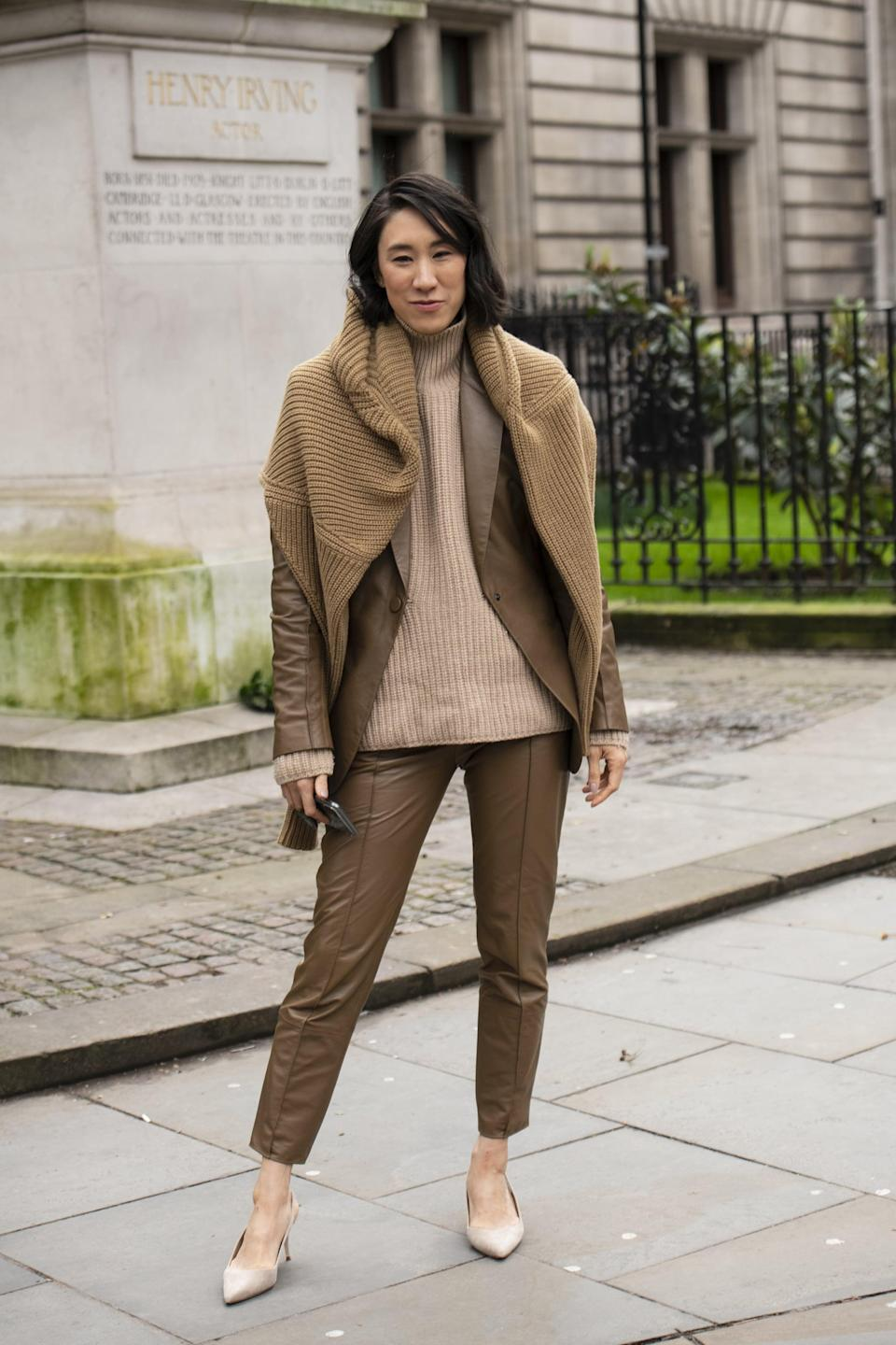 <p>We love the different shades of brown in this look, which create an eye-catching effect. If you're wondering how to amp up a monochrome look, Eva Chen has you covered-just throw on a scarf over your shoulders. </p>