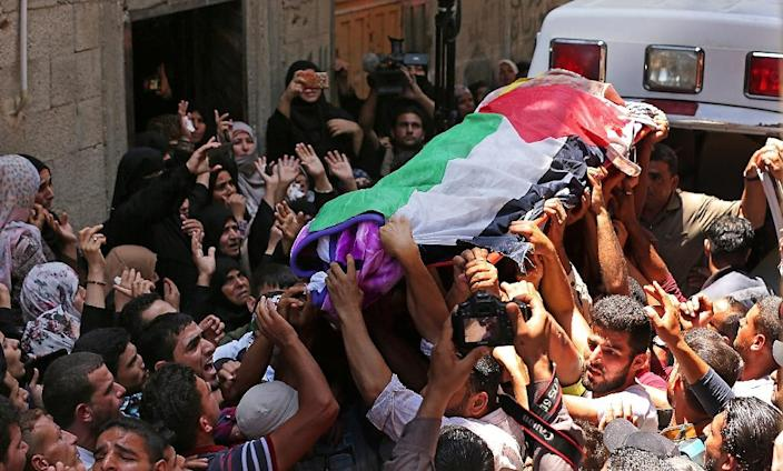 Palestinian mourners carry the body of 21-year-old Razan al-Najjar at her funeral after she was shot dead by Israeli soldiers on the border in southern Gaza (AFP Photo/Mahmud Hams)