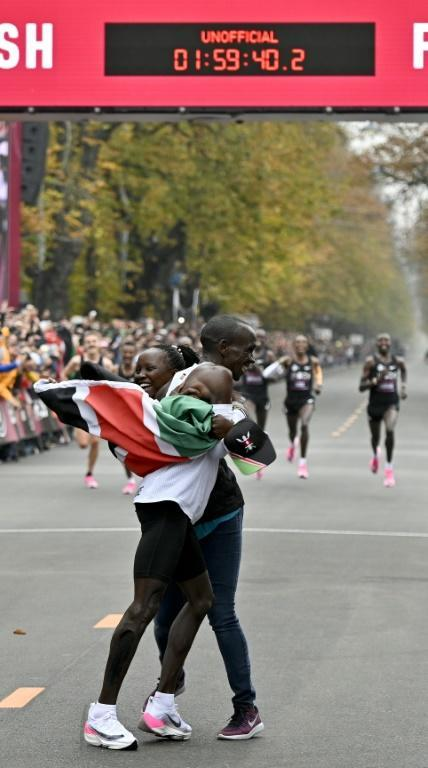 Kipchoge celebrates with his wife Grace (AFP Photo/HERBERT NEUBAUER)
