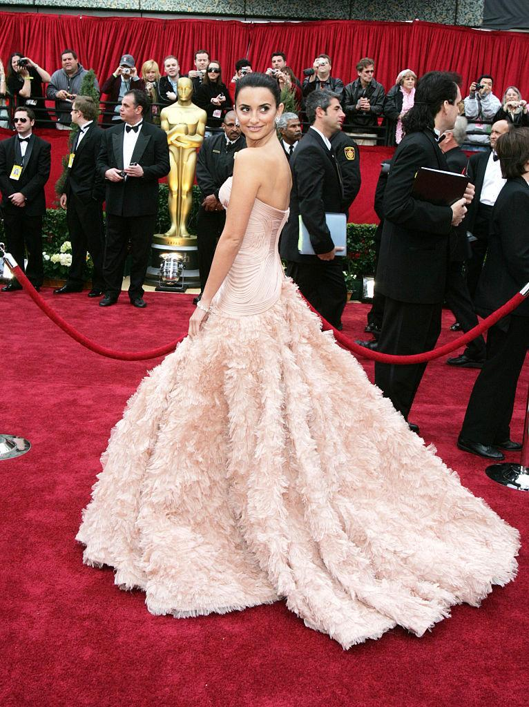 <p>Penelope Cruz was in full red carpet queen mode in this sweeping Atelier Versace dress. (Photo: Getty Images) </p>
